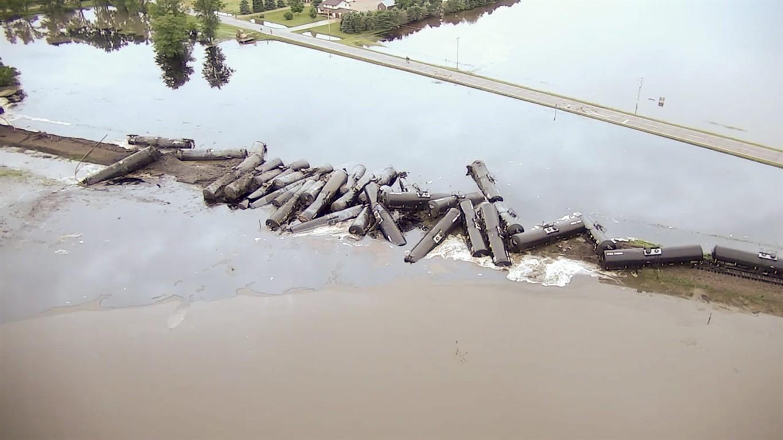 Train derailment leaks crude oil into Rock River near Doon, IA